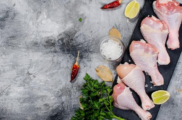Cuisses de poulet crues aux épices