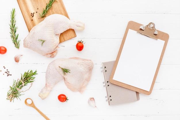 Cuisses de poulet crues fraîches aux herbes. concept de cuisine