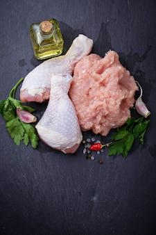 Cuisses de poulet crues et viande hachée