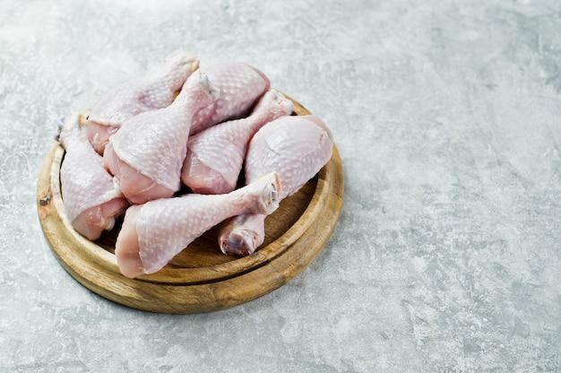 Cuisses de poulet crues.