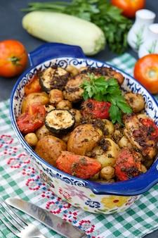 Cuisses de poulet cuites au four avec pommes de terre, tomates et courgettes