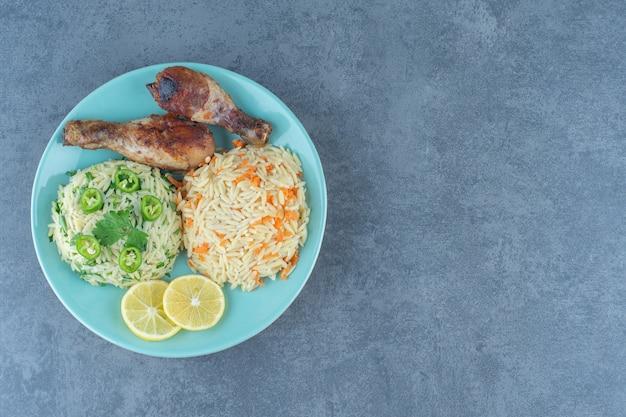 Cuisses de poulet frit et riz sur plaque bleue.