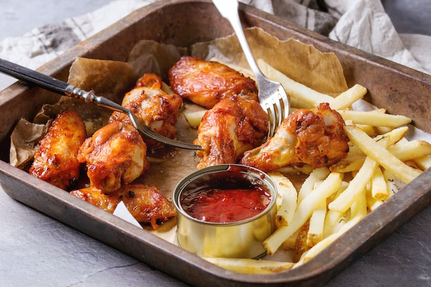 Cuisses de poulet frites avec frites