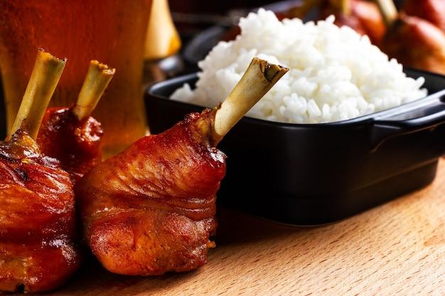 Cuisses de poulet frites se bouchent