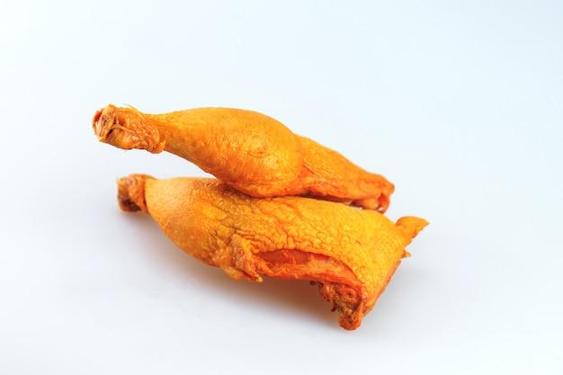 Cuisses de poulet fumé sur fond blanc