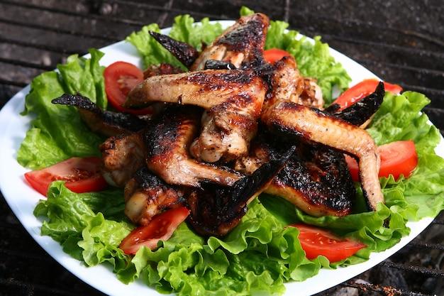 Cuisses de poulet sur le grill avec des légumes