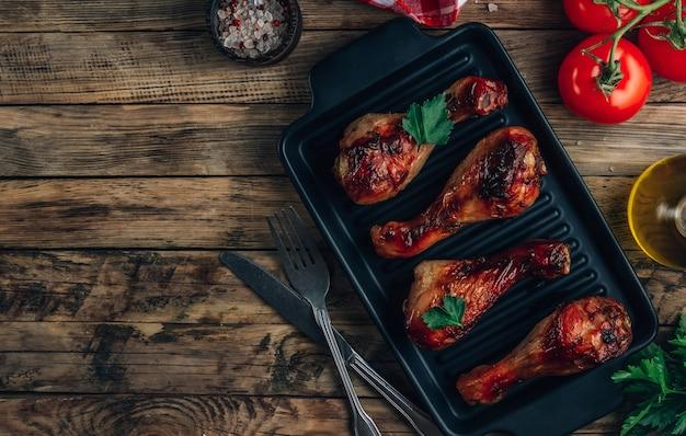 Cuisses de poulet grillé aux épices sur plaque noire