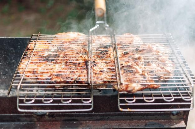 Cuisses de poulet grillées marinées dans une sauce et des épices.