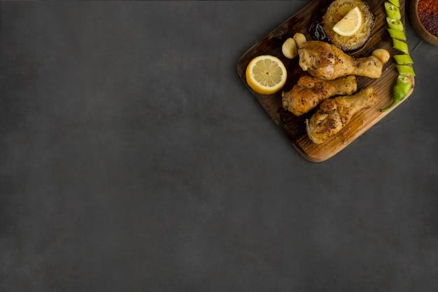 Cuisses de poulet grillées et servies avec herbes et épices