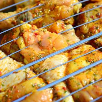 Cuisses de poulet marinées sur un barbecue à charbon de bois chaud