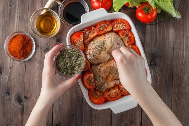 Cuisses de poulet sur pain pitta, prêtes pour le four