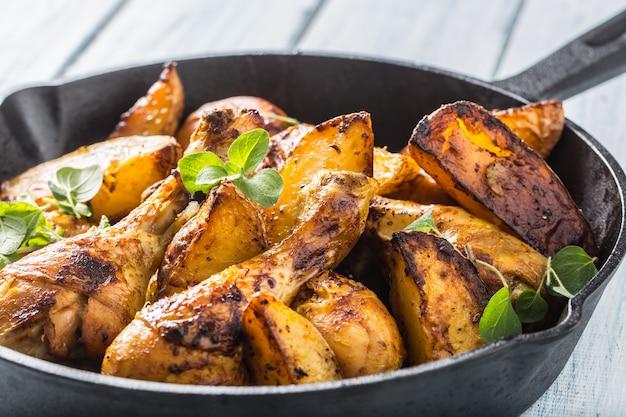 Cuisses de poulet rôties à la poêle avec pommes de terre américaines et herbes.