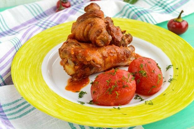 Cuisses de poulet sauce tomate et tomates marinées sans peau dans leur jus.