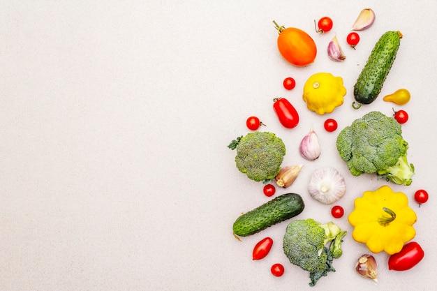 Cuisson des aliments avec des légumes frais. récolte d'automne, concept de repas sain de préparation