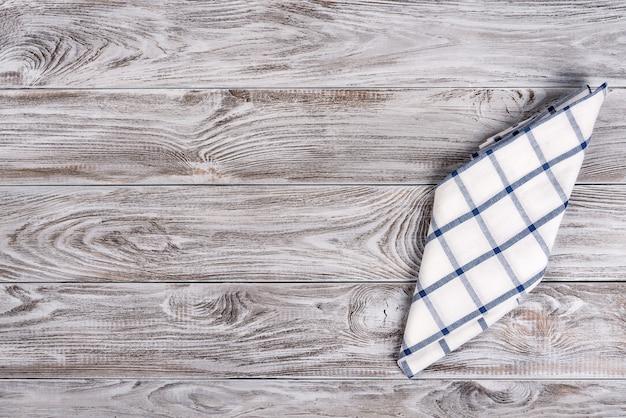 Cuisson des aliments ou pizza table en bois avec textile bleu et blanc.