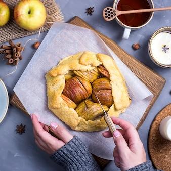 Cuisson d'automne simple aux pommes et à la cannelle