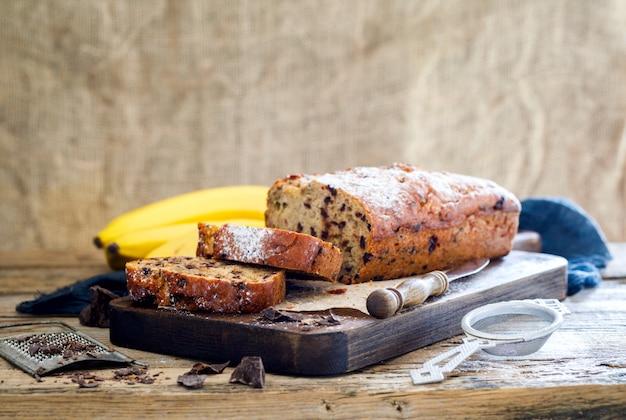 Cuisson à la banane et au chocolat. gâteau de vacances.