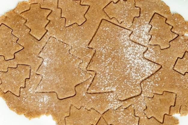 Cuisson des biscuits au pain d'épice faits maison chiffres du nouvel an à partir de pâte préparée pour la cuisson