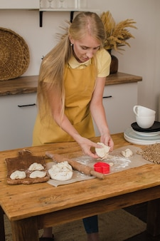 Cuisson de biscuits maison en forme de coeur coeur de farine. cuisiner pour la saint-valentin