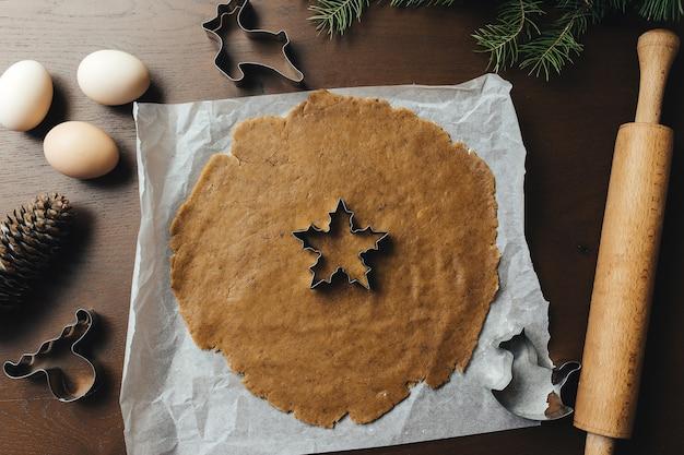 Cuisson des biscuits de pain d'épice de noël dans la cuisine. photo de haute qualité
