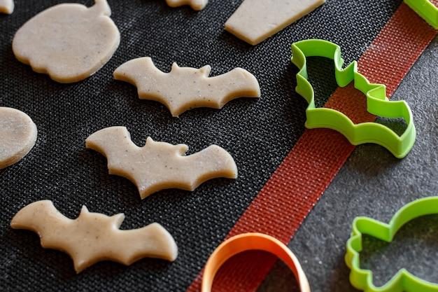 Cuisson des biscuits pour la coupe d'halloween pour la pâte crue à biscuits