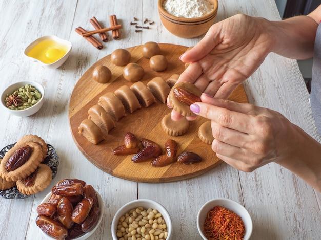 Cuisson des bonbons de dattes eid maison. bonbons arabes du ramadan