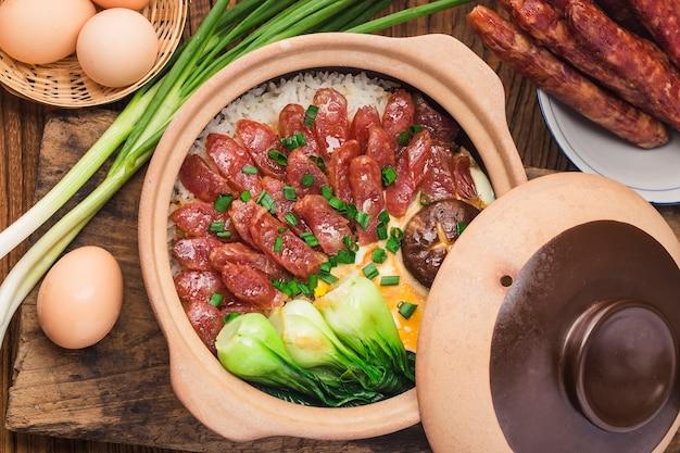 Cuisson à la cantonaise de riz en terre cuite avec des viandes cirées