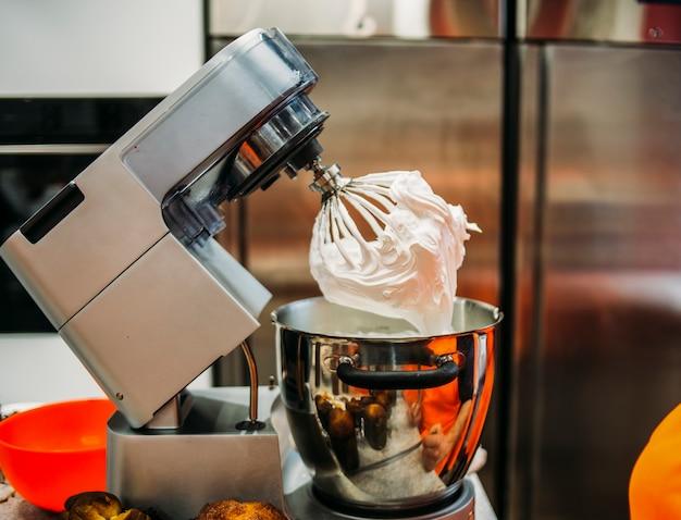 Cuisson de la crème fouettée dans une machine kenwood