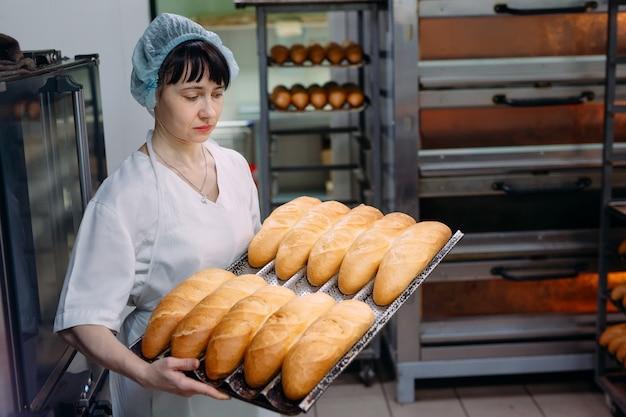 Cuisson du pain délicieux dans la boulangerie.