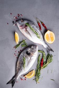 Cuisson du poisson cru et des ingrédients.