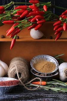Cuisson des épices dans une boîte sur le vieux fond en bois de style rustique