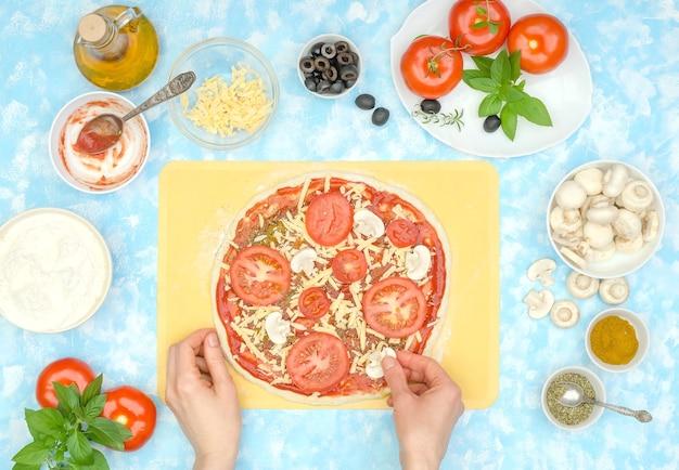 Cuisson étape par étape d'une pizza végétarienne maison, étape 7 - mettez des champignons sur le fromage