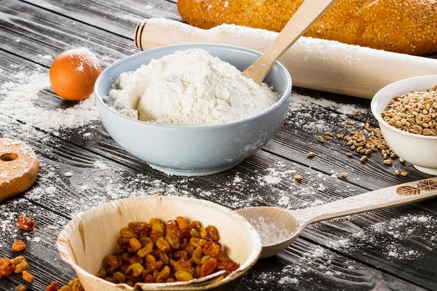 Cuisson des ingrédients dans le bol sur la table en bois