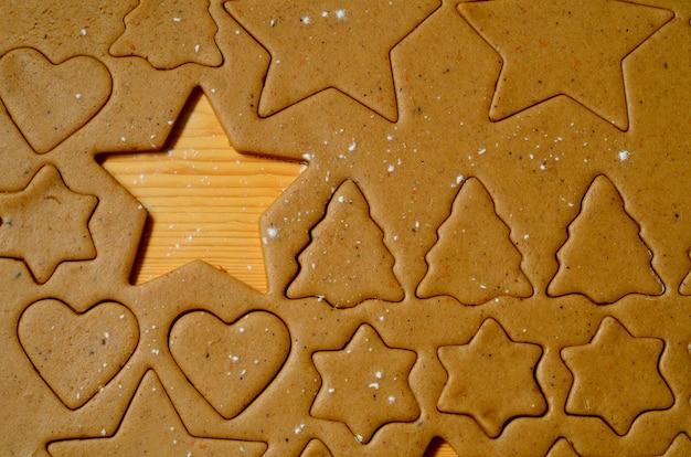 Cuisson des ingrédients pour les biscuits de noël