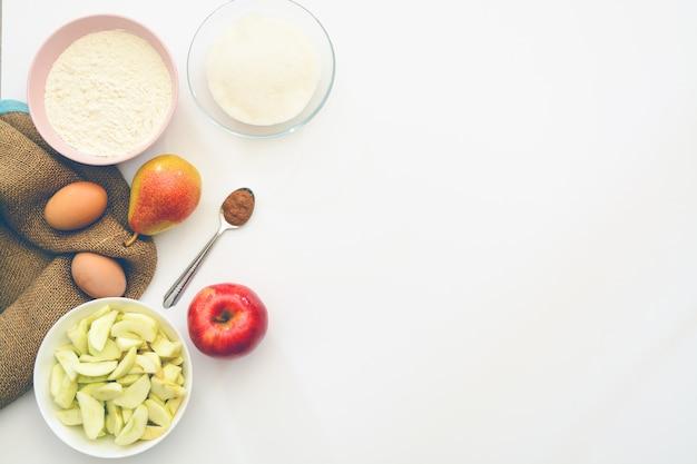Cuisson des ingrédients tarte aux pommes. espace de copie. vue de dessus. lay plat.