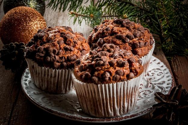 Cuisson de noël, trois muffins au chocolat sur une plaque