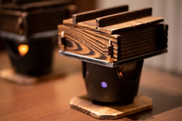 Cuisson des nouilles udon cuites à la vapeur, dans un vrai pot en bois, cuisine traditionnelle japonaise