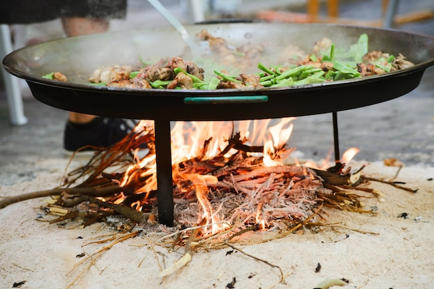 Cuisson d'une paella traditionnelle espagnole