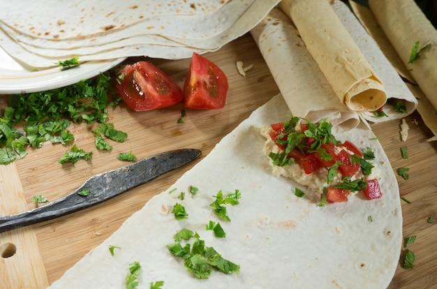Cuisson des pitas farcis aux tomates, fromage et coriandre