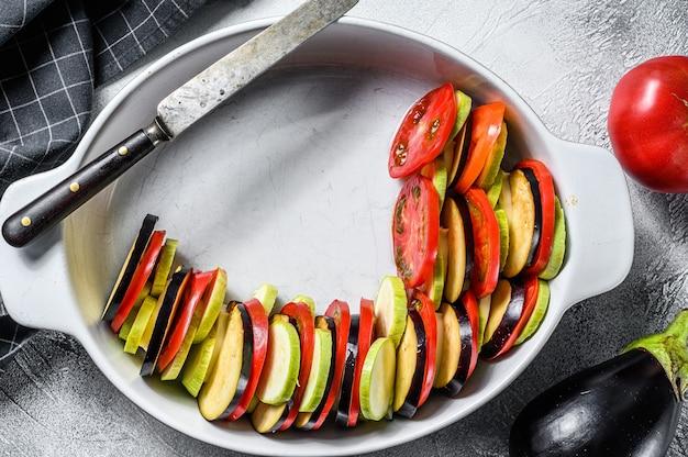Cuisson de la ratatouille plat de légumes provençal traditionnel français