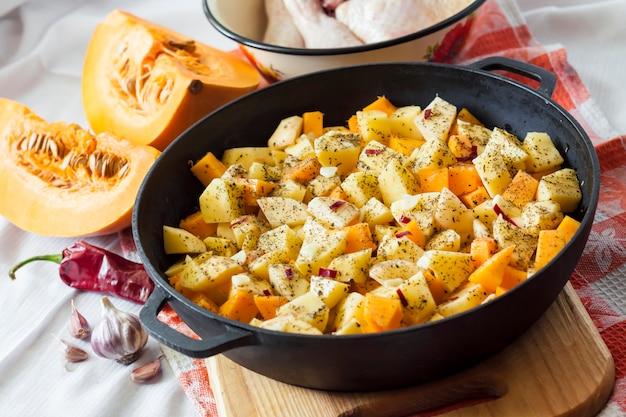 Cuisson d'un repas en pot - cuisses et cuisses de poulet avec pommes de terre et citrouille