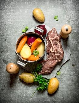 Cuisson de la soupe avec des légumes et de la viande.
