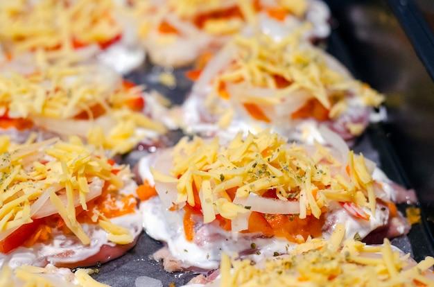Cuisson de la viande avec des légumes à l'ananas et du fromage pour la cuisson