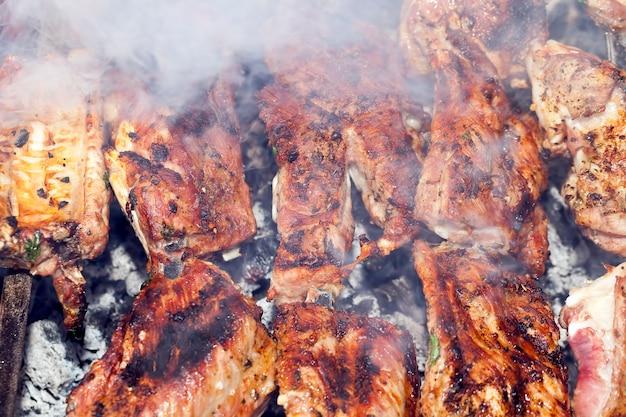 Cuisson de la viande de porc sur des charbons, plats de barbecue traditionnels
