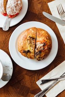 Cuit au four avec du fromage, des tomates, des oignons, des anchois, de l'huile d'olive et des herbes. faite par
