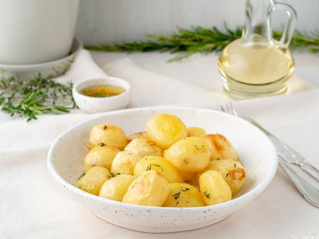 Cuit au four avec des épices autour de tubercules de pommes de terre entières