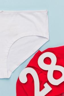 Culotte vue de dessus avec tissu rouge