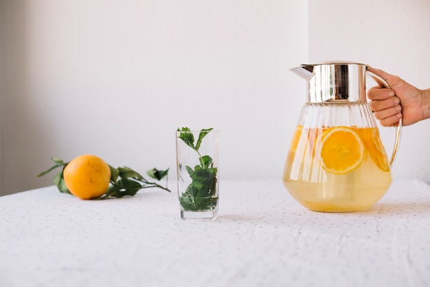 Cultivateur servant limonade orange