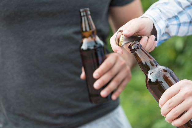 Des cultivateurs ouvrent de la bière dans la nature