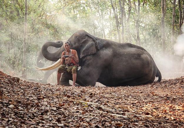 Culture Asiatique Des Agriculteurs Et Des éléphants Photo Premium